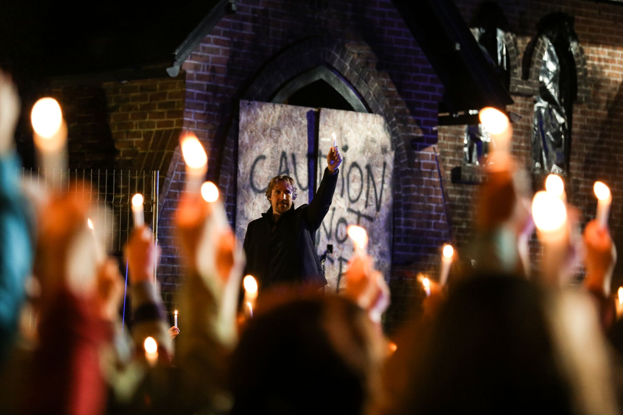 A sequência mostra o drama vivido pela igreja do pastor Dave, interpretado por David A. R. White. (Foto: Divulgação)