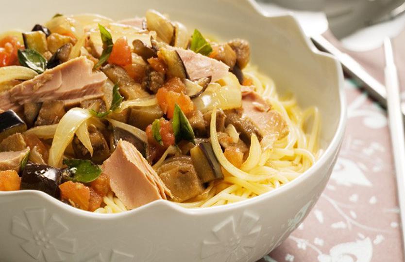 Espaguete mediterrâneo com filés de atum