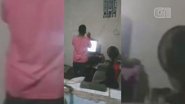 """Vídeo mostra menino orando por pai desempregado: """"Deus, ele precisa trabalhar"""""""