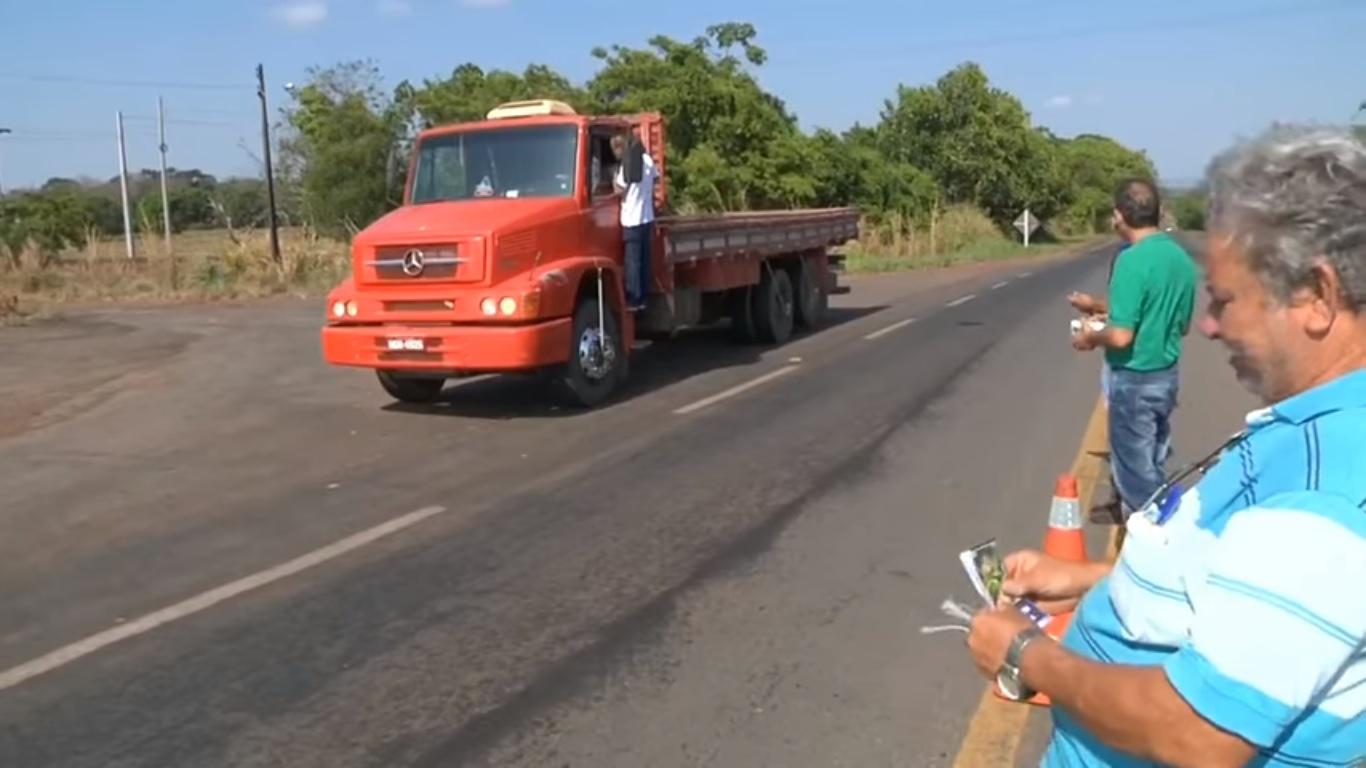 Grupo evangeliza e oferece serviços de saúde a caminhoneiros em estrada do Tocantins