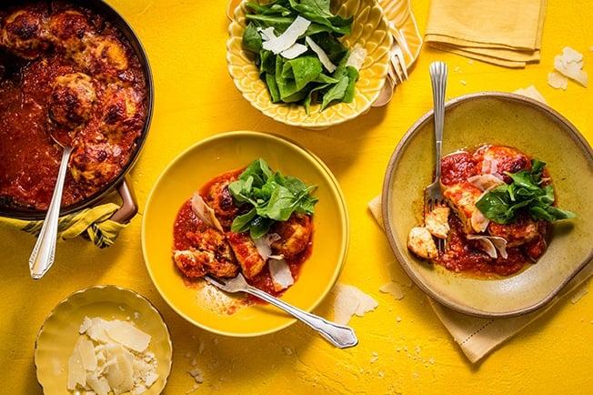 Nhoque de ricota com raspas de limão e molho de tomate