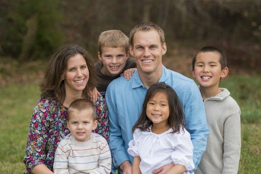 Família de pastor passa a adotar bebês para livrá-los do aborto