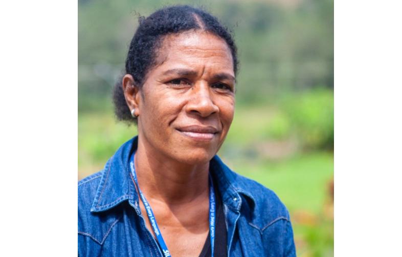 Mãe e avó, cristã se torna tradutora da Bíblia na língua Korafe para ajudar irmão surdo