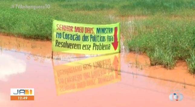 """Moradores escrevem oração sobre alagamentos: """"Deus, ministra no coração dos políticos"""""""