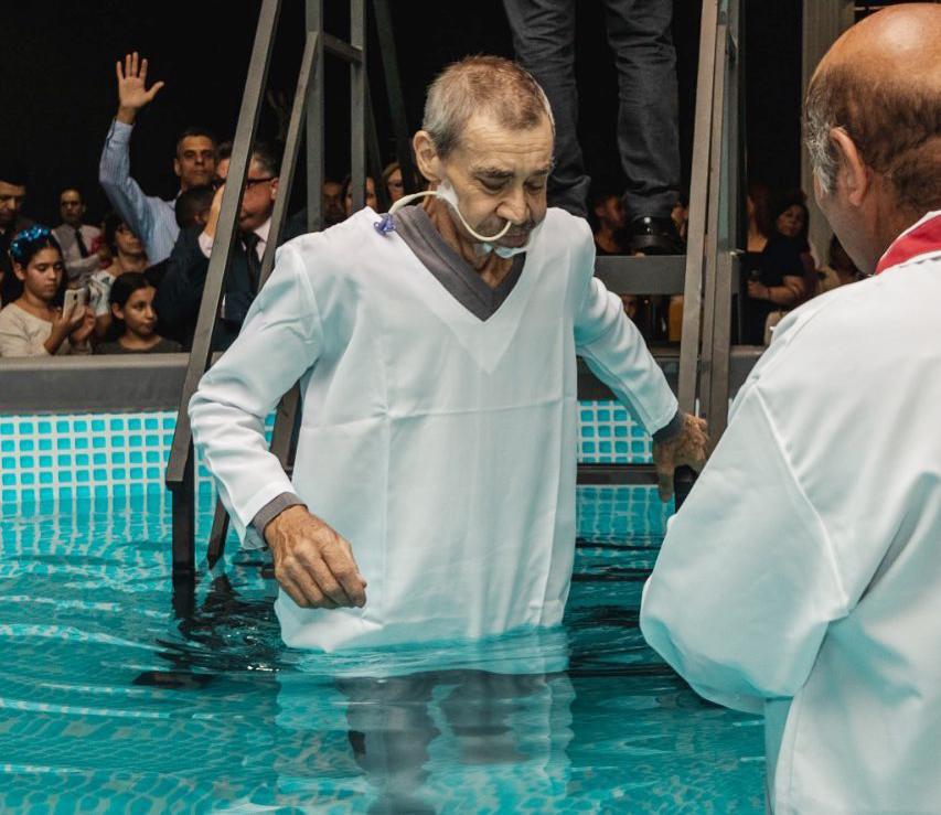 Idoso é batizado usando sonda hospitalar e emociona familiares
