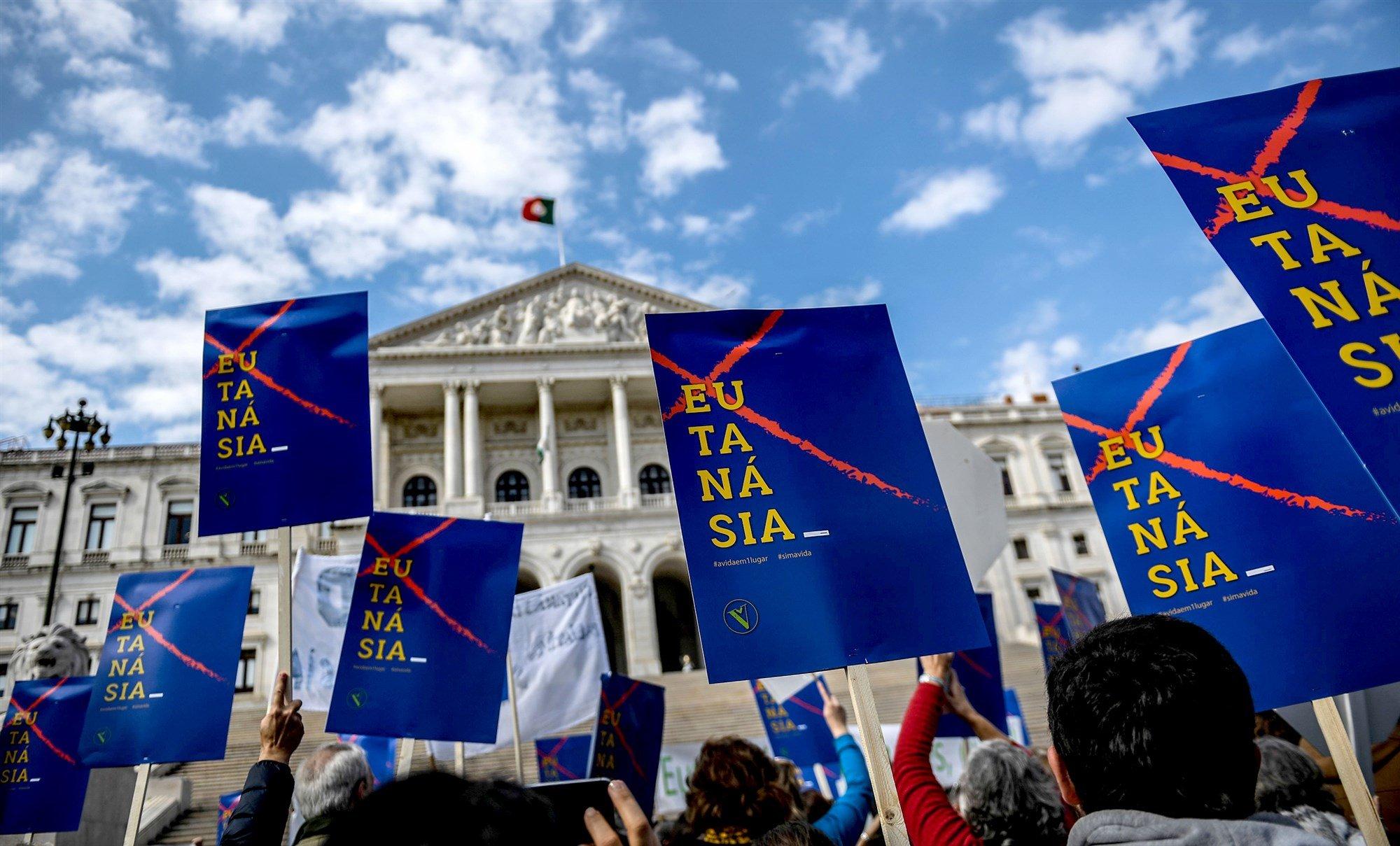 Sob protestos, Portugal é quarto país da Europa a legalizar a eutanásia