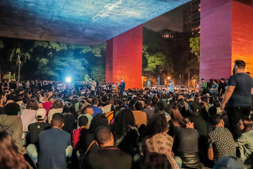 Igreja faz culto nas ruas de São Paulo e leva milhares de pessoas ao Evangelho