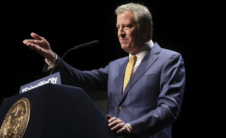Prefeito de Nova York ameaça fechar igrejas permanentemente se não suspenderem cultos