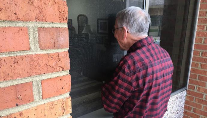 Impedido de visitar a esposa com Alzheimer, idoso canta louvores pela janela da clínica
