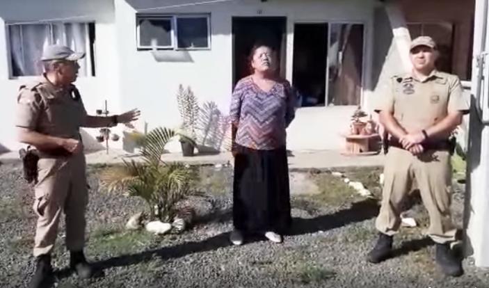 Família tem culto doméstico interrompido pela polícia em Santa Catarina