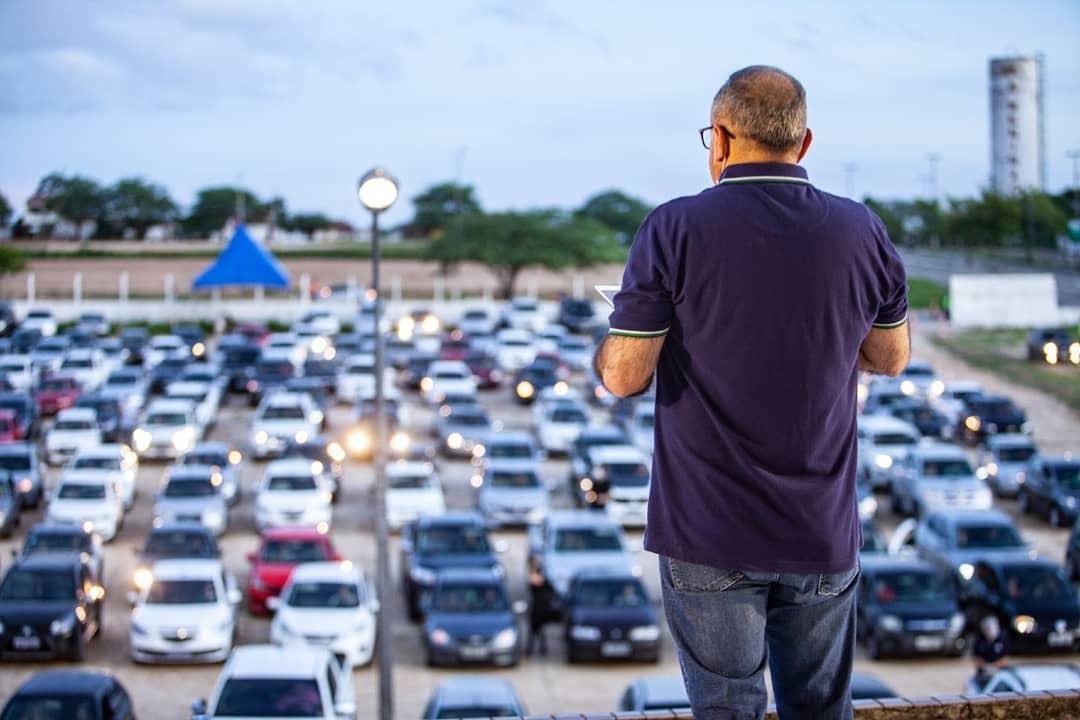 Mais de 300 carros participam de culto 'drive-in' em Campina Grande