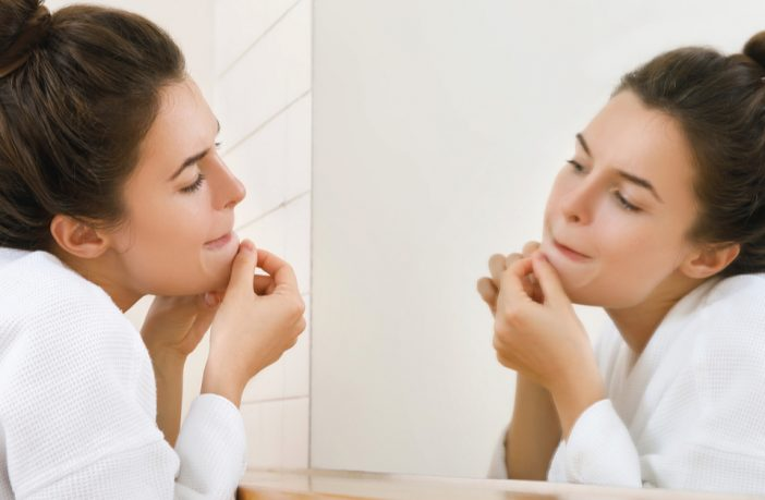 Sua acne aumentou na quarentena? Saiba o que fazer