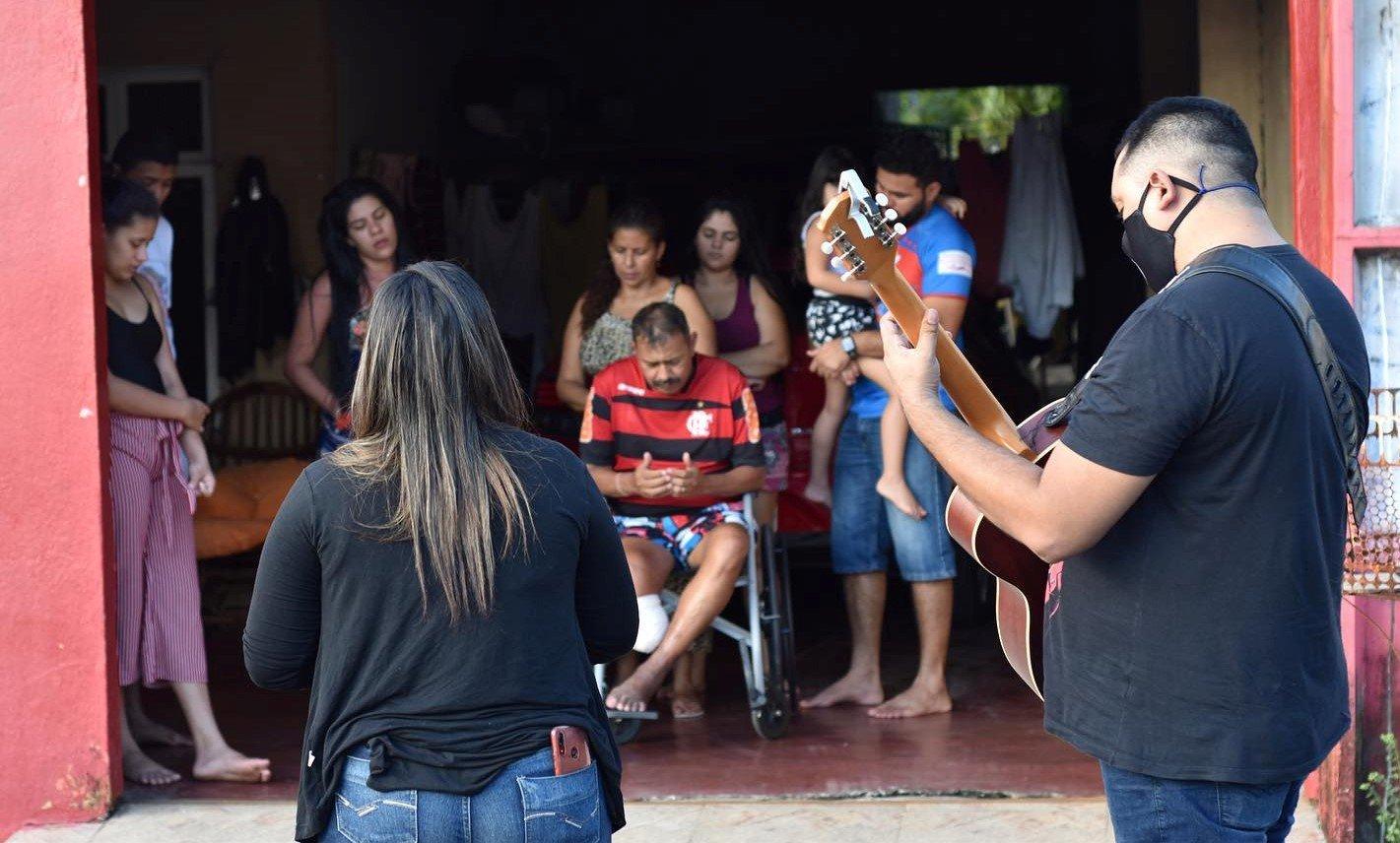 Igreja realiza oração porta a porta para famílias que lutam contra a Covid-19, em Manaus