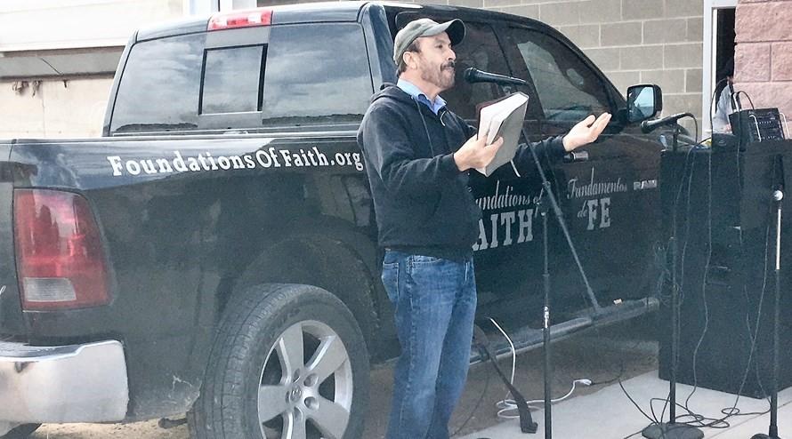 Casal prega em fazendas para que funcionários tenham 'oportunidade de ouvir sobre Jesus'