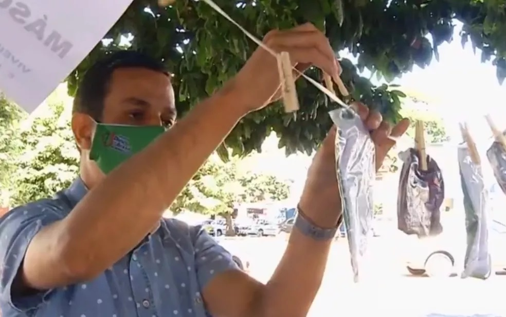Igreja disponibiliza máscaras penduradas em varal montado em praça para doação