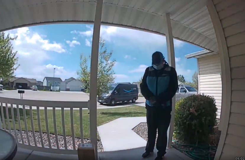 Motorista pausa entregas para orar por menino com doença rara