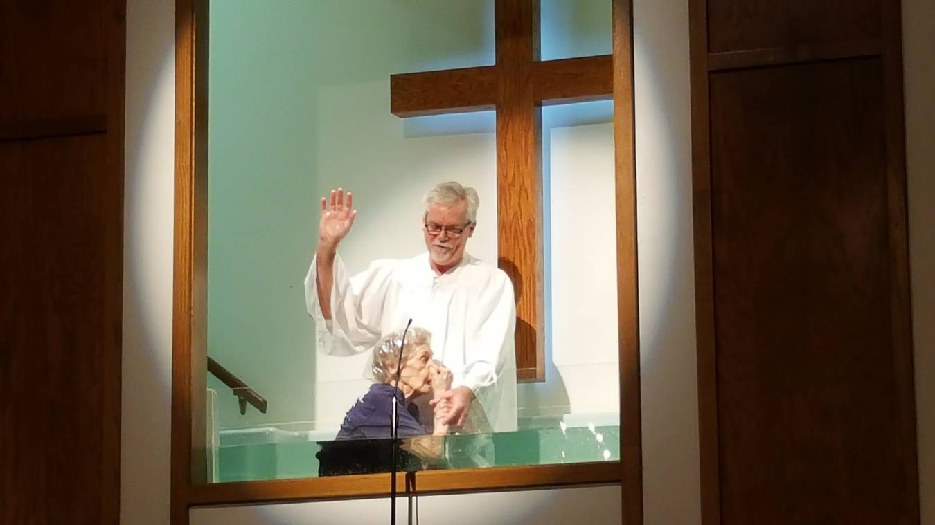 Idosa de 94 anos entrega sua vida a Jesus e se batiza: