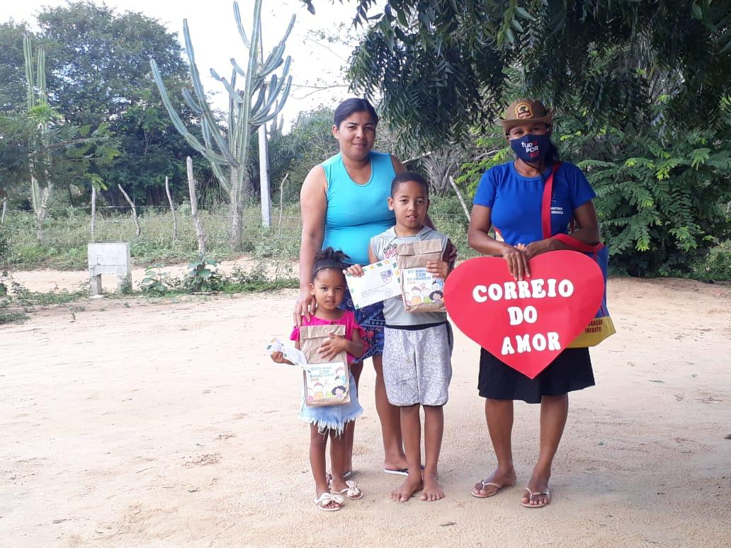 Mulheres visitam casas no interior da Bahia para incentivar crianças a estudar a Bíblia