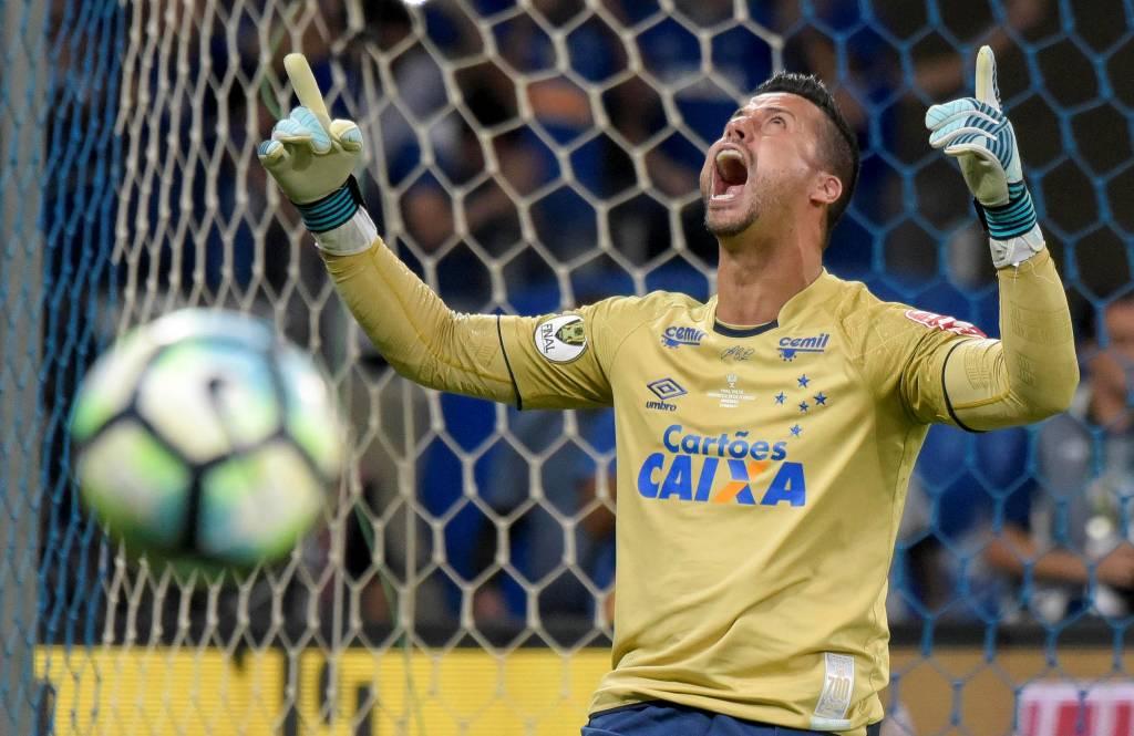 Goleiro do Cruzeiro diz que busca direção de Deus em campo: