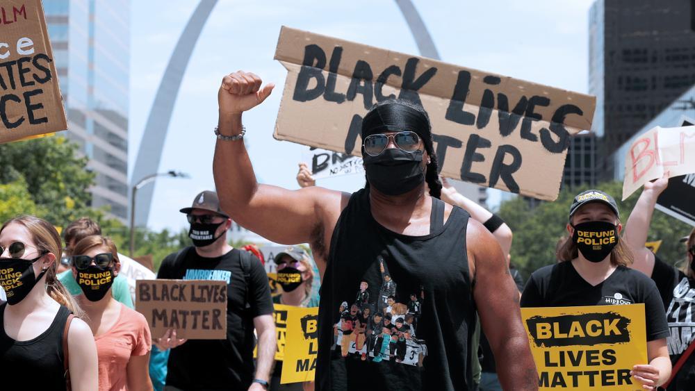 Militantes do 'Black Lives Matter' atacam cristãos em frente a igreja nos EUA