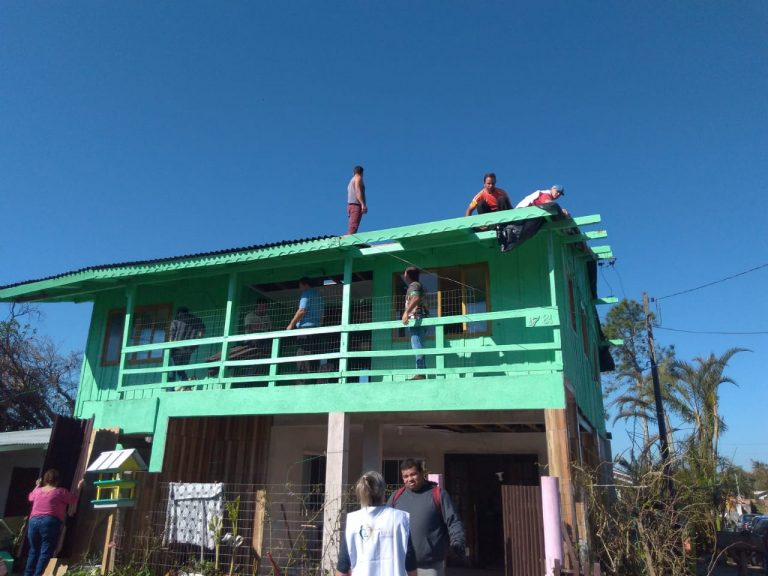 Igreja ajuda famílias que tiveram casas atingidas por ciclone bomba em SC