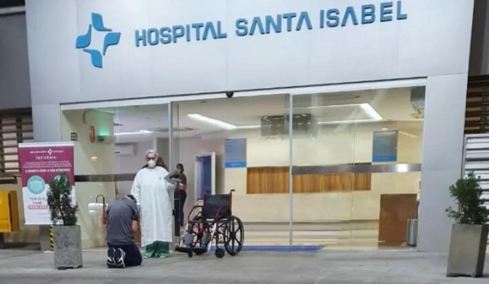 Médico recuperado da Covid-19 se ajoelha em frente a hospital para agradecer a Deus