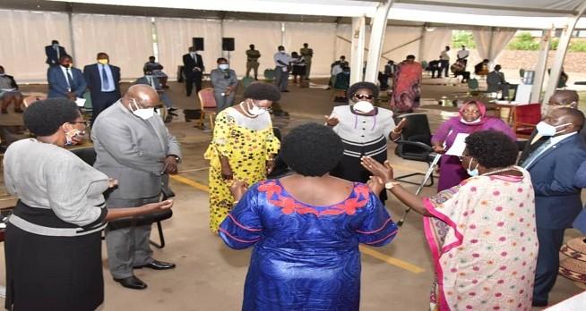 Parlamentares de Uganda agradecem a Deus por país não ter morte por Covid-19