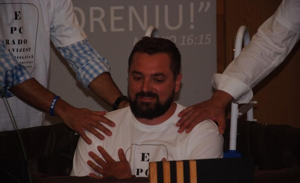 """""""Deus continua trabalhando"""", diz pastor ao batizar novos cristãos em meio à pandemia"""