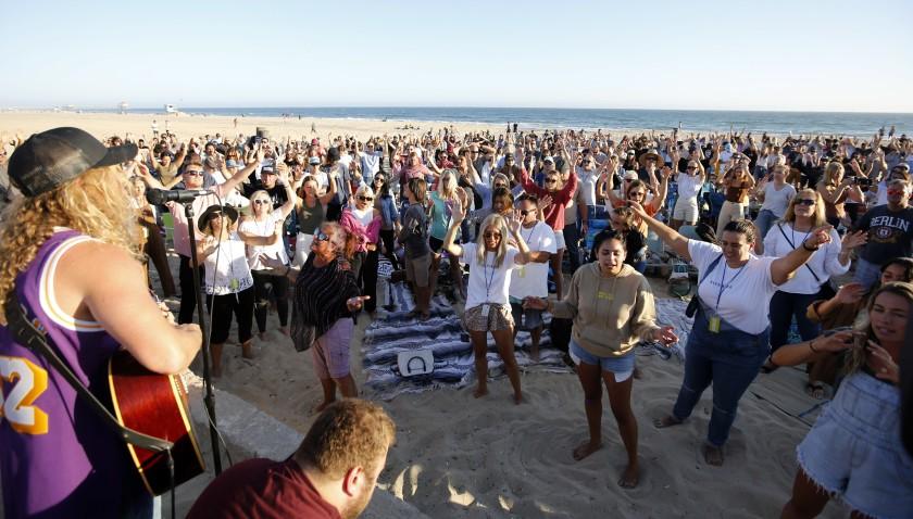 Proibidos de cantar nas igrejas, cristãos saem para adorar em locais públicos na Califórnia