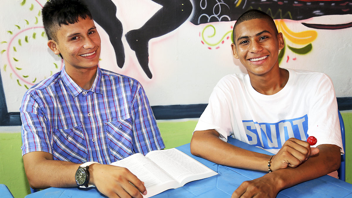 Adolescente abandona as drogas após experiência com Deus em retiro espiritual
