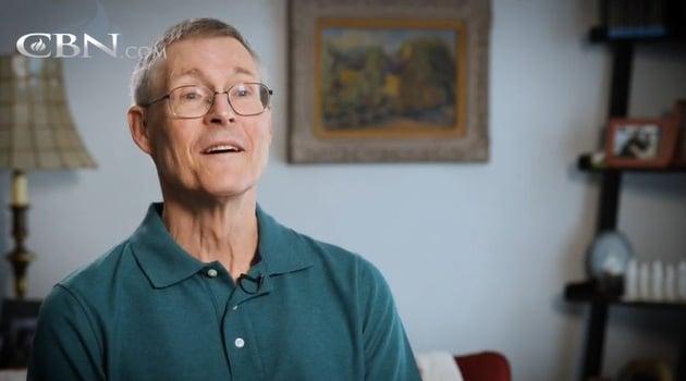 Cientista ateu se converte após ler sobre a crucificação de Jesus na Bíblia