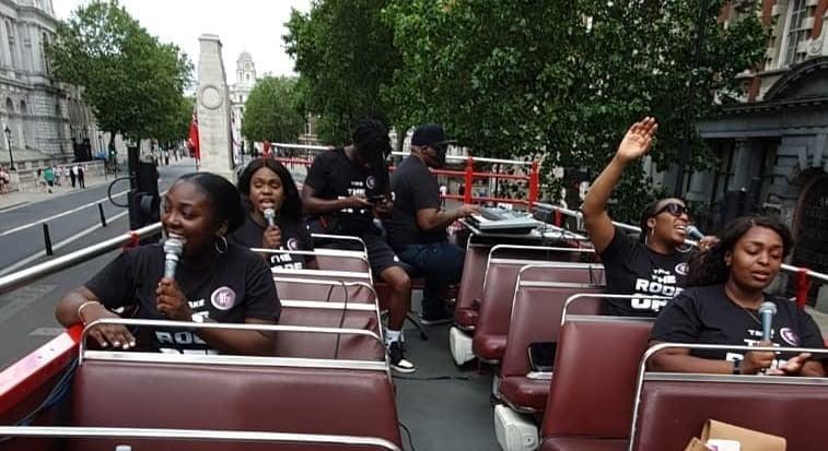 Em ônibus aberto, grupo cristão faz louvor nas ruas do centro de Londres