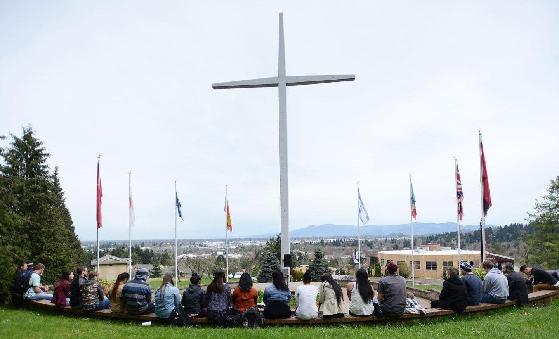 Ativistas ameaçam derrubar cruz de faculdade nos EUA por considerá-la 'símbolo racista'