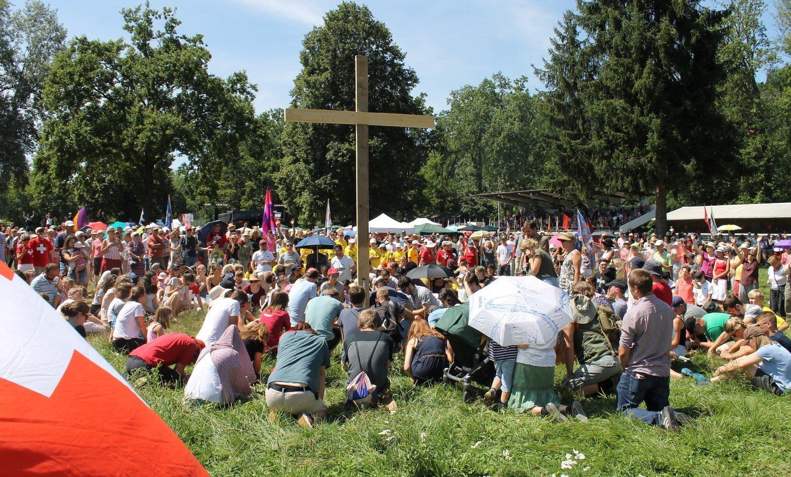 """Cerca de 1000 cristãos suíços oram ao ar livre: """"Queremos voltar à Palavra de Deus"""""""