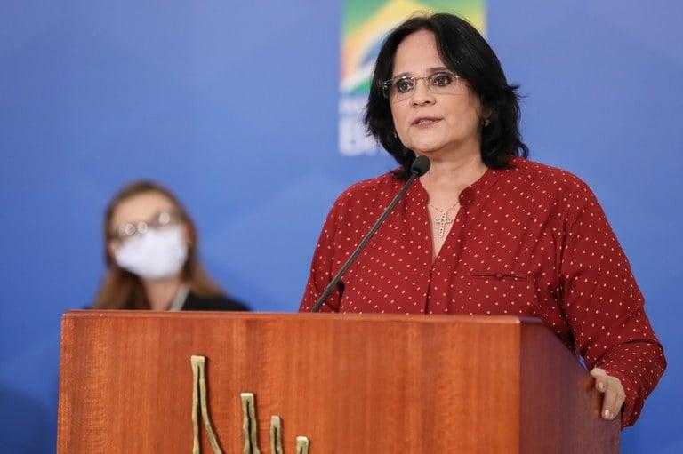 Damares desenvolve guia visando fortalecer casamentos no Brasil