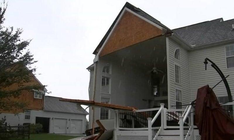 Homem louva a Deus após tempestade 'rasgar' sua casa e não ferir sua família