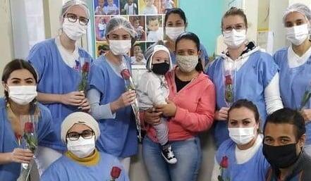 Bebê internado em UTI se recupera após oração do irmão, no Paraná
