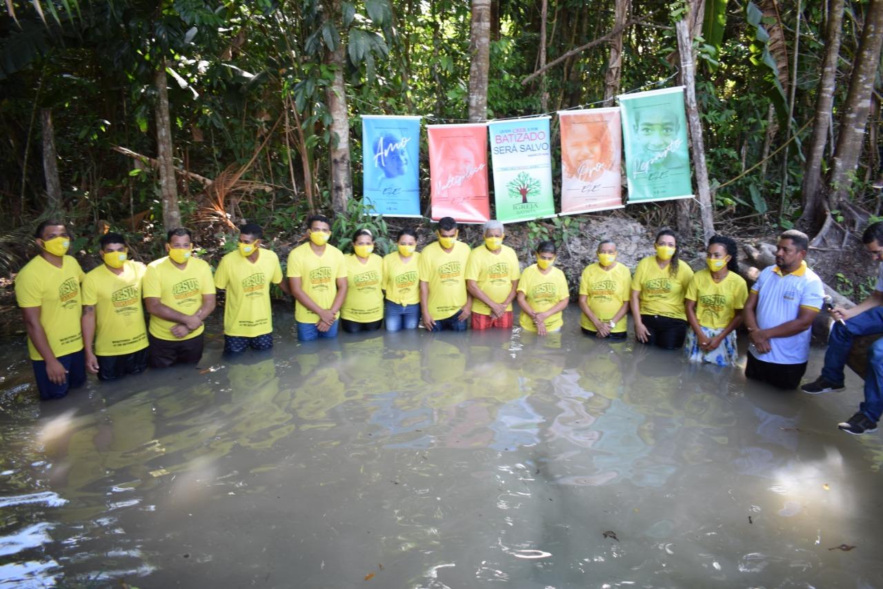 Família inteira é batizada após primeira igreja ser plantada em comunidade do Pará