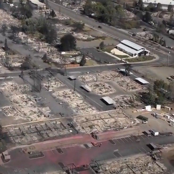 Igreja permanece intacta após incêndio devastar cidade, nos EUA
