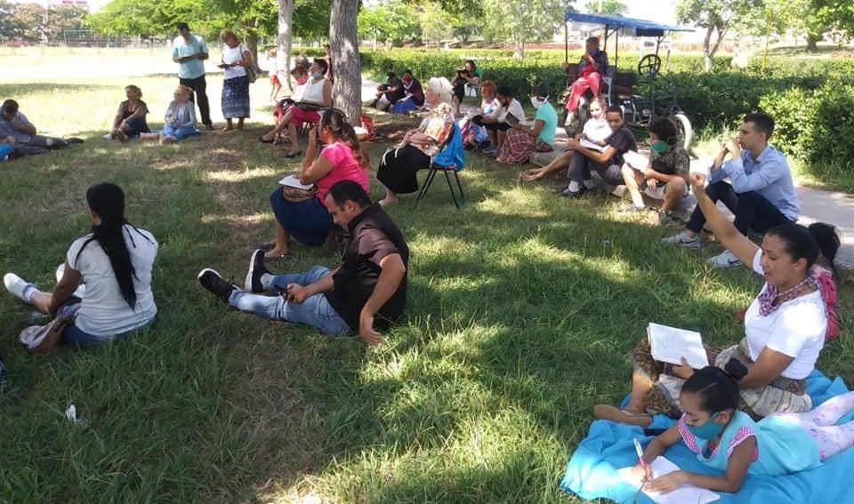 Após fechamento por autoridades cubanas, igreja faz cultos ao ar livre em parque