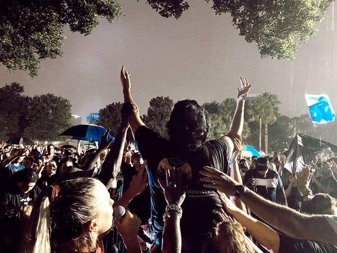 Prostitutas e viciados se entregam a Jesus durante noite de adoração a céu aberto, nos EUA