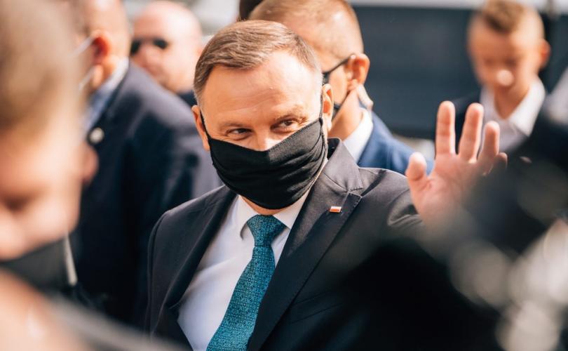 Presidente da Polônia se junta a 5.000 pessoas para marchar contra o aborto e pela família