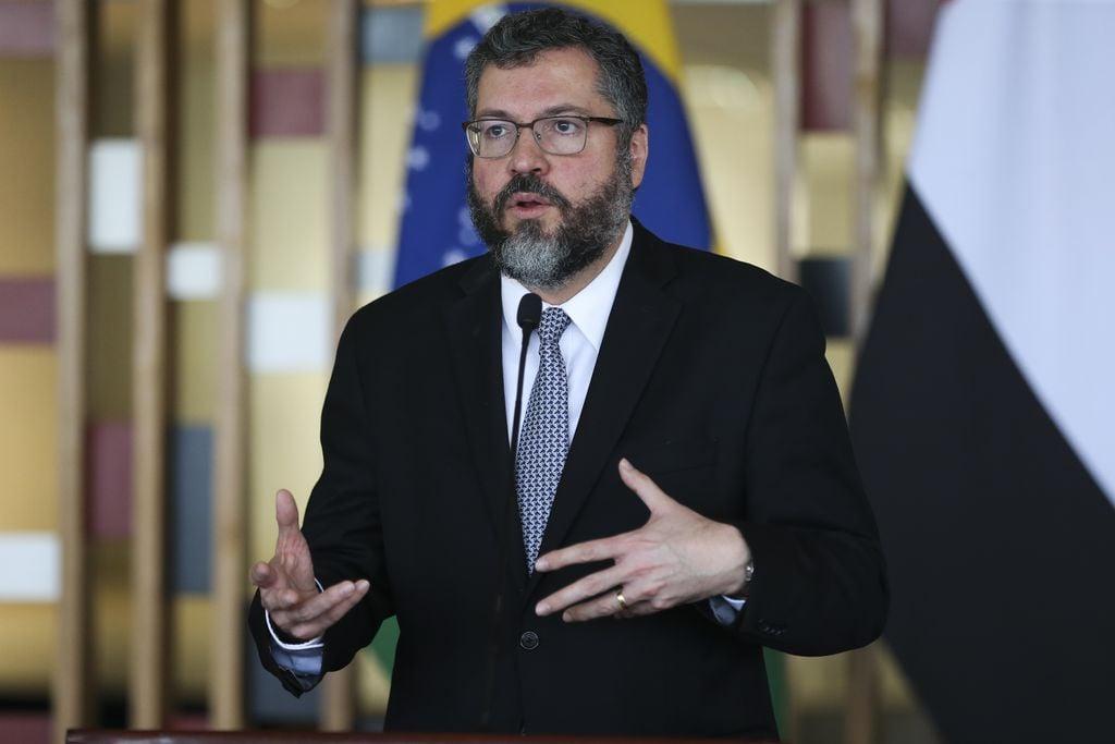 """""""Falar de cristofobia incomoda, mas vamos chamar atenção para isso"""", diz Ernesto Araújo"""
