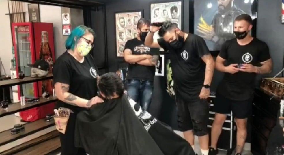 """Barbeiros raspam a cabeça para apoiar cliente com câncer: """"Deus tocou nosso coração"""""""