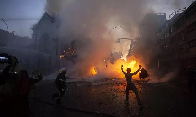 Manifestantes encapuzados incendeiam 2 igrejas durante protestos no Chile