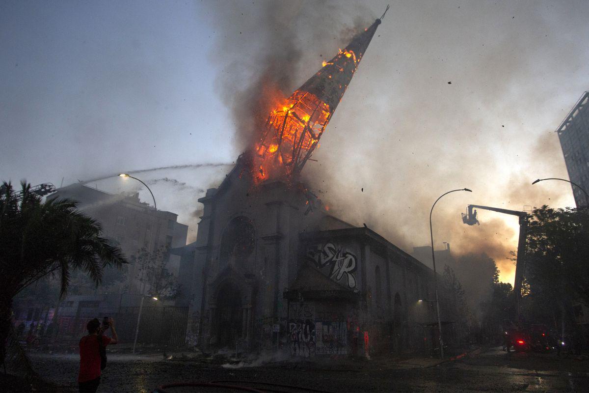 Políticos e líderes cristãos dizem que incêndio em igrejas no Chile é ato de 'cristofobia'