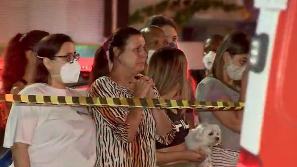 Vizinhos fazem corrente de oração por criança ao lado de ambulância, após incêndio no ES