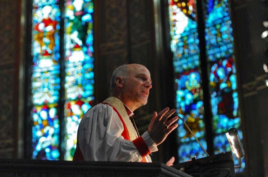 Bispo renuncia após ser disciplinado por se opor ao casamento gay, nos EUA