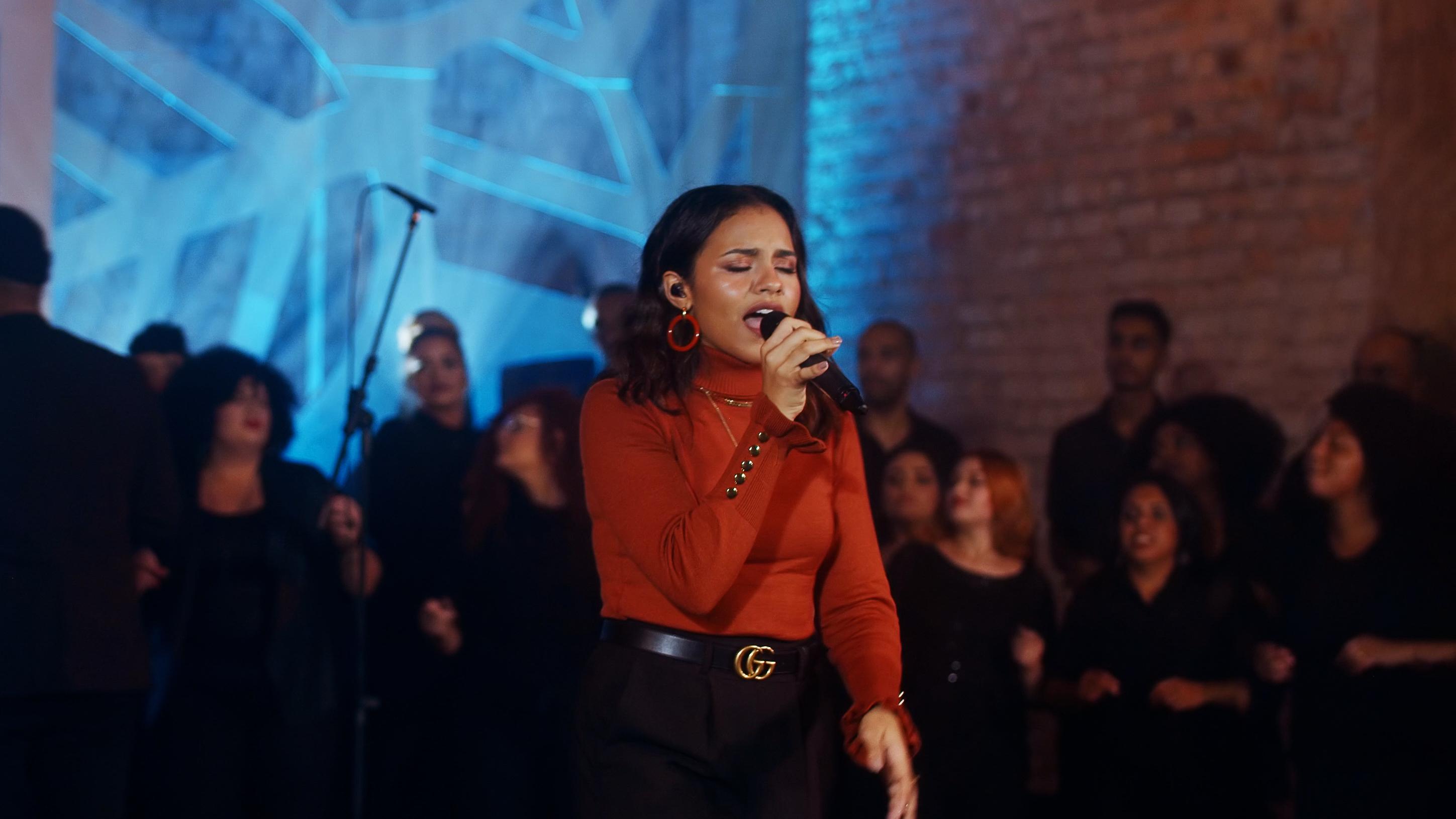 Com participação de coral, Julia Vitória lança o single