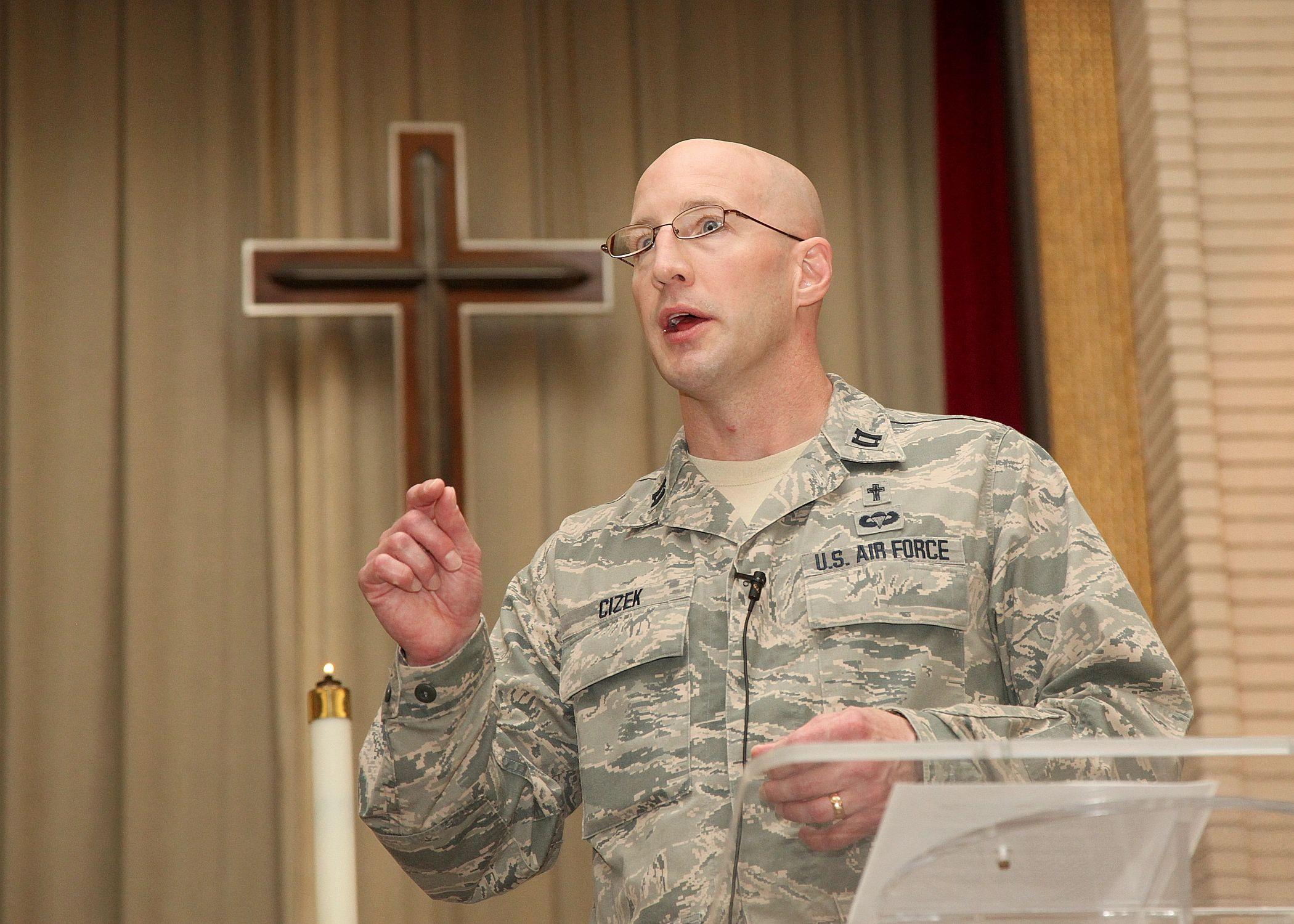 Capelão militar dos EUA é demitido por pregar visão bíblica sobre a homossexualidade